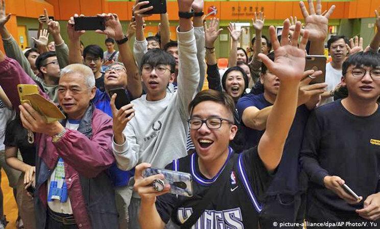 پیروزی چشمگیر طرفداران دمکراسی در انتخابات هنگ کنگ ، واکنش تند پکن