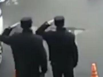 احترام نظامی پلیس های چینی برای تشکر از یک مرد نیکوکار