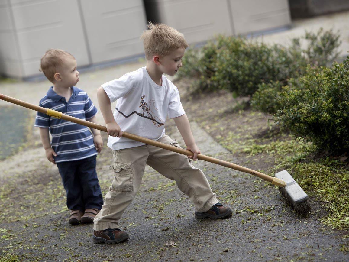 بچه ها در سنین مختلف در انجام کدام کارِ خانه مشارکت کنند؟