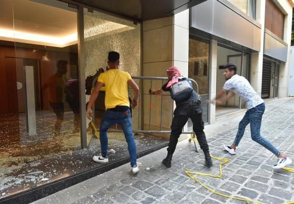 حمله معترضان لبنانی به ساختمان وزارت اقتصاد